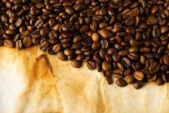Chicchi di caffè su vecchio documento Immagine Stock Libera da Diritti
