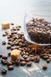 Chicchi di caffè su vecchio fondo d'annata Fotografie Stock