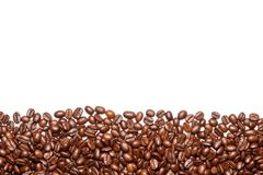 Chicchi di caffè sui precedenti bianchi Fotografia Stock Libera da Diritti