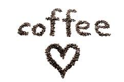 Chicchi di caffè sui precedenti e sul cuore bianchi Immagine Stock