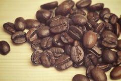 Chicchi di caffè sui precedenti neri Fotografie Stock Libere da Diritti
