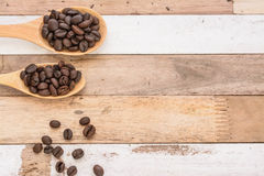 Chicchi di caffè sul cucchiaio di legno Immagini Stock Libere da Diritti