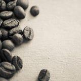 Chicchi di caffè sul fondo d'annata della carta di colore immagine stock libera da diritti
