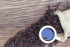 Chicchi di caffè sul pavimento di legno Fotografie Stock Libere da Diritti