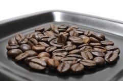 Chicchi di caffè sul piatto Fotografia Stock Libera da Diritti