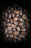 Chicchi di caffè sul primo piano di legno della Tabella Fotografia Stock