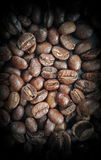 Chicchi di caffè sul primo piano di legno della Tabella Fotografie Stock
