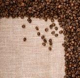 Chicchi di caffè sulla priorità bassa della tela da imballaggio Immagine Stock