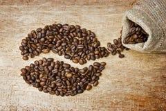 Chicchi di caffè sulla scheda Fotografie Stock Libere da Diritti