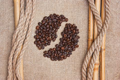 Chicchi di caffè sulla scheda Fotografie Stock