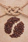 Chicchi di caffè sulla scheda Fotografia Stock