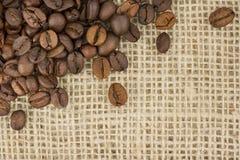 Chicchi di caffè sulla supplica Immagine Stock