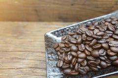 Chicchi di caffè sulla tabella Immagini Stock