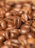 Chicchi di caffè sulla tavola Immagini Stock Libere da Diritti
