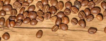 Chicchi di caffè sulla tavola Immagini Stock