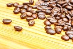 Chicchi di caffè sulla tavola di legno Immagini Stock Libere da Diritti