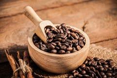 Chicchi di caffè sulla tavola di legno Fotografia Stock