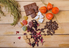 Chicchi di caffè, tè dell'ibisco, zucchero di grumo, cioccolato e marmellata d'arance Fotografia Stock