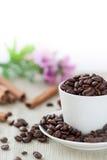Chicchi di caffè in tazza Immagini Stock Libere da Diritti