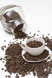 Chicchi di caffè in tazza Fotografia Stock