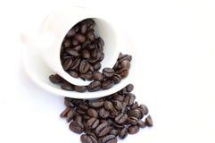 Chicchi di caffè in tazza di caffè Fotografia Stock Libera da Diritti