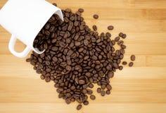 Chicchi di caffè in tazza di caffè Immagini Stock Libere da Diritti