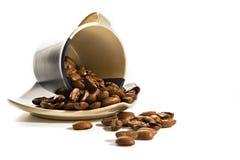 Chicchi di caffè in tazza marrone immagine stock