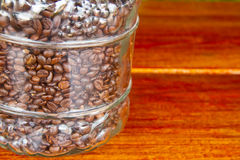 Chicchi di caffè in un barattolo di vetro Fotografia Stock