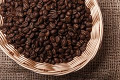 Chicchi di caffè in un cestino di vimini Fotografia Stock Libera da Diritti