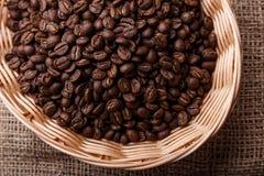 Chicchi di caffè in un cestino di vimini Fotografia Stock
