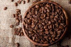 Chicchi di caffè in un piatto di legno Fotografia Stock Libera da Diritti