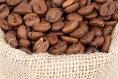 Chicchi di caffè in un sacchetto Fotografie Stock Libere da Diritti