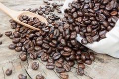 Chicchi di caffè in un sacchetto Immagini Stock Libere da Diritti