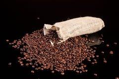 Chicchi di caffè in un sacchetto Immagine Stock