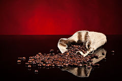 Chicchi di caffè in un sacchetto Fotografia Stock Libera da Diritti