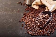 Chicchi di caffè in un sacco Immagini Stock