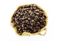 Chicchi di caffè in un sacco su un fondo bianco Immagini Stock