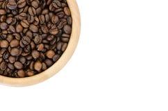 Chicchi di caffè in una ciotola isolata su fondo bianco Fotografie Stock Libere da Diritti