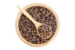 Chicchi di caffè in una ciotola isolata su fondo bianco Fotografia Stock Libera da Diritti