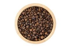 Chicchi di caffè in una ciotola su fondo bianco Immagini Stock Libere da Diritti