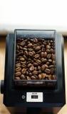 Chicchi di caffè in una smerigliatrice nera Fotografia Stock