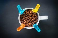 Chicchi di caffè in una tazza Immagini Stock