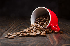 Chicchi di caffè in una tazza rossa Immagini Stock Libere da Diritti
