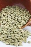 Chicchi di caffè verdi con la tazza rossa Immagine Stock Libera da Diritti