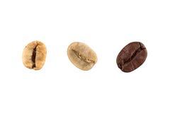 Chicchi di caffè verdi e marroni isolati su fondo bianco Fotografia Stock Libera da Diritti