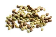 Chicchi di caffè verdi ed arrostiti Fotografie Stock Libere da Diritti