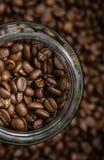 Chicchi di caffè in vetro Immagini Stock