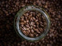 Chicchi di caffè in vetro Immagine Stock