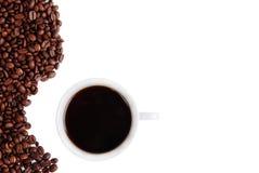 Chicchi di caffè vicino alla tazza Fotografia Stock