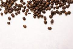 Chicchi di caff? arrostiti all'ingrosso su un fondo blu-chiaro il cofee scuro ha arrostito il caff? dell'aroma di sapore del gran fotografia stock libera da diritti